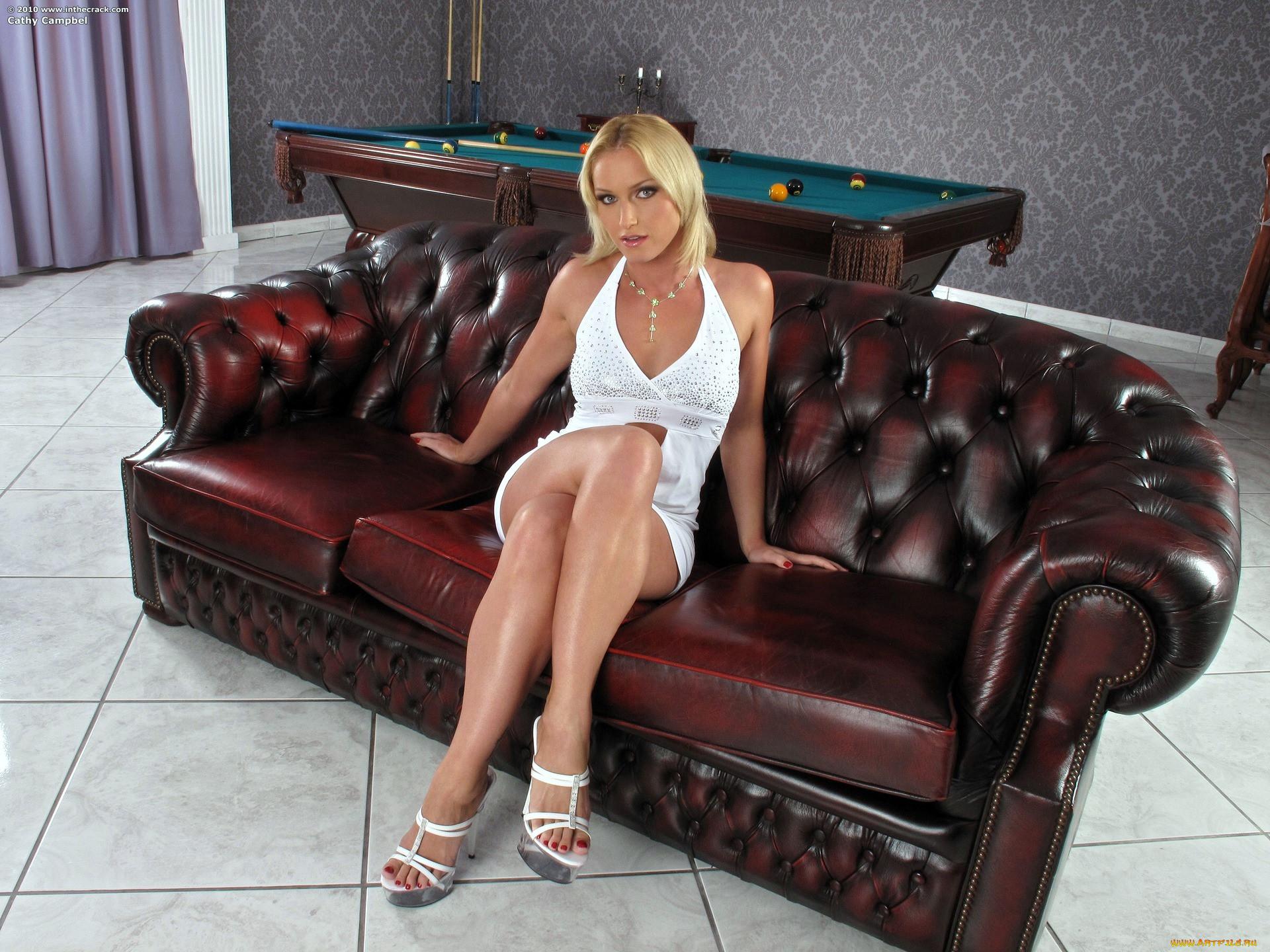 Kathia Nobili Cathy Campbel, девушки, , cathy, campbel, босоножки, диван, красивая женщина, сидит, платье, красный педикюр, пальчики на ногах, красивые ножки